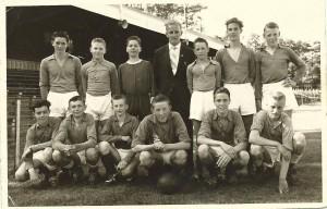 A.g.o.v.v elftal -F 1958-1959 elftal leider Herman van Asselt.